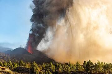 Curtains of ash fall (Photo: Tom Pfeiffer)