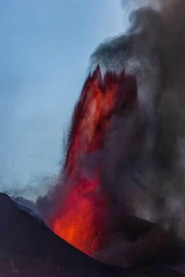 Oblique lava fountain at sunset (Photo: Tom Pfeiffer)