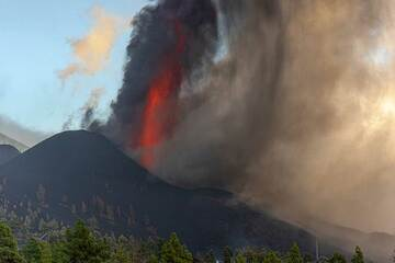 Falling ash curtains partially obscure the view of the lava fountain at times. (Photo: Tom Pfeiffer)