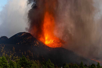 Eruption of a bursting lava bubble producing a shock wave. (Photo: Tom Pfeiffer)