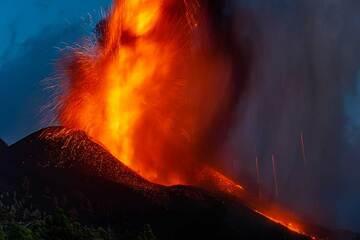 Eruption at dusk (Photo: Tom Pfeiffer)
