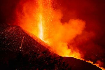 Lava fountain from the summit vent, no longer nearly as high as observed on other days. (Photo: Tom Pfeiffer)