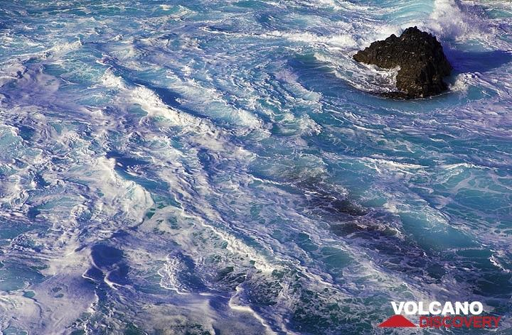 Foam on the breaking ocean waves (Photo: Tom Pfeiffer)
