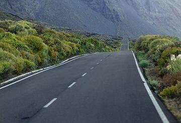 Coastal road in the western El Golfo depression  (Photo: Tom Pfeiffer)