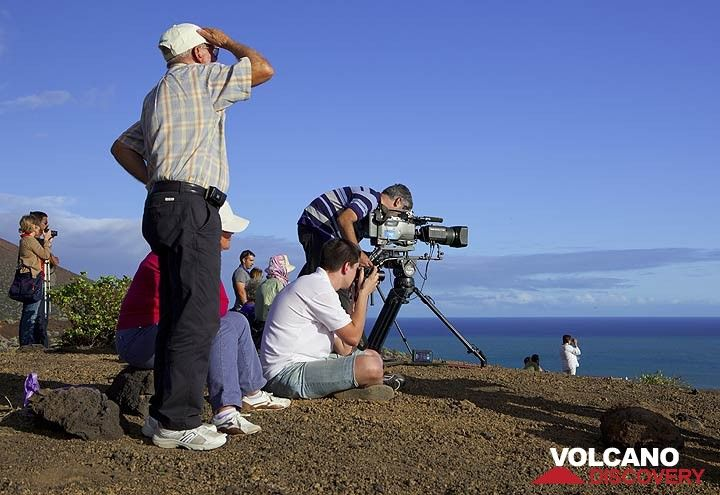 During the first weeks of the submarine eruption, several TV crews and numerous observers were at the observation spot day and night, more or less... (Photo: Tom Pfeiffer)