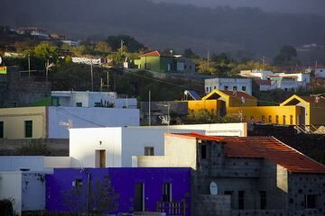 Houses of El Pinar in the evening sunlight (Photo: Tom Pfeiffer)