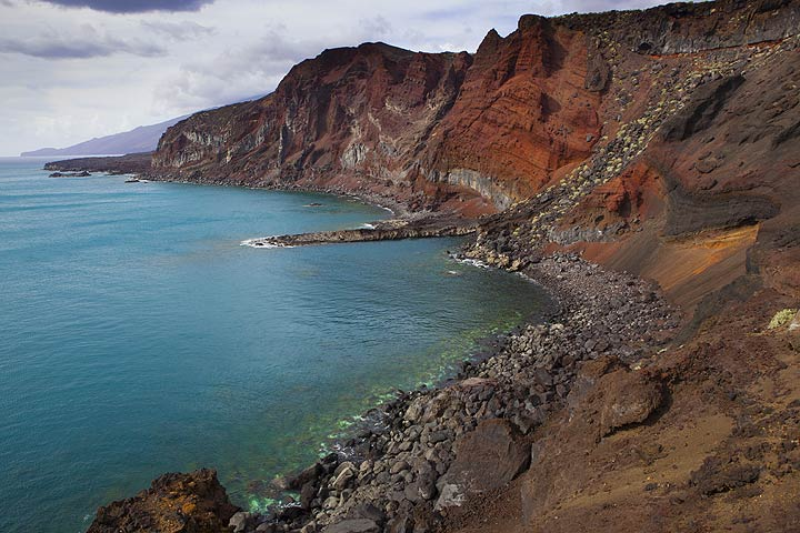 The exposed interior of a cinder cone at the south coast of El Hierro Island (Photo: Tom Pfeiffer)