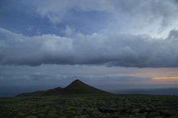 Young cinder cone on the southern rift zone of El Hierro Island, Canary Islands, near La Restinga (Photo: Tom Pfeiffer)