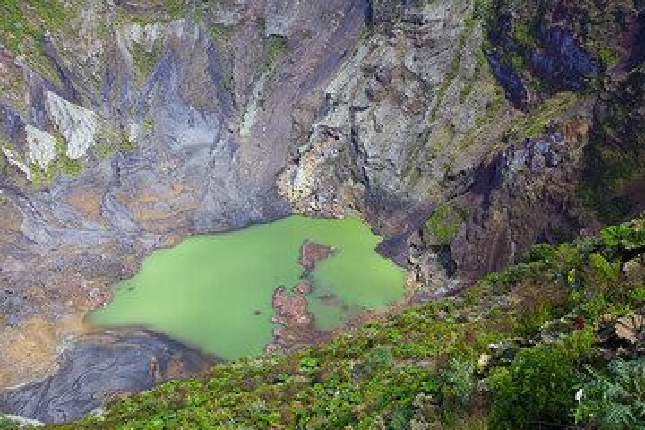 The lake-filled crater of Irazu volcano, Costa Rica (Photo: Tom Pfeiffer)