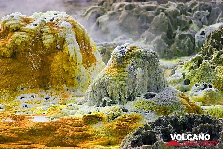 Mineral hot spring at Dallol, Danakil desert, Ethiopia (Photo: Tom Pfeiffer)