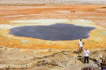 Ein dunkelblauer See in der Nähe des Ausbruchszentrums von 1928. Der See hat eine dünne Salzkruste, die urch Konvektion im See bewegt wird. (Photo: Tom Pfeiffer)