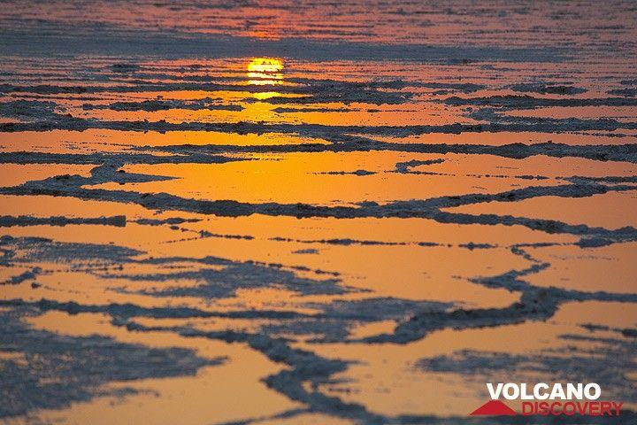 Lever du soleil sur le lac de sel Assale (Photo: Tom Pfeiffer)