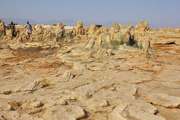Approaching the old settlement at Dallol where the potash factory was located, in use until the 1970s. The ruins are visible in the background. (Photo: Tom Pfeiffer)