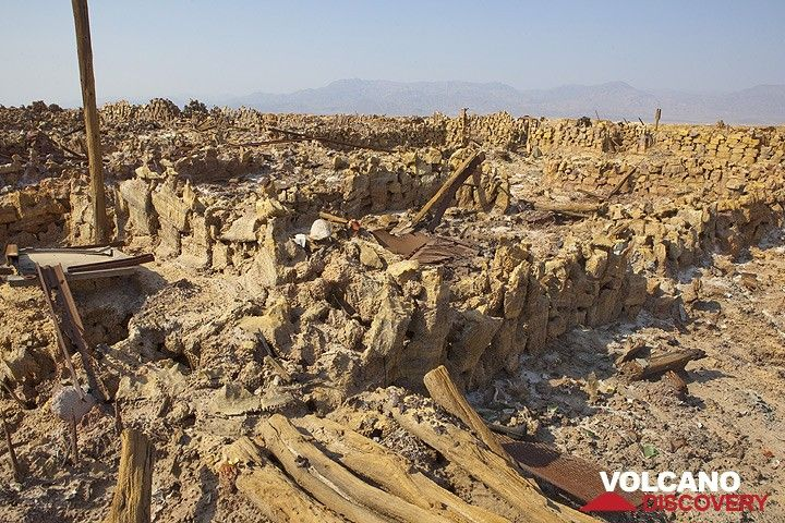 Ruins of houses at the potash factory at Dallol - until the 1970s, workers lived here and extracted potash from the salt deposits of Dallol. The potash was used as fertilizer. The place was known as the hottest inhabited place on earth, and living conditions were extremely harsh in this hostile environment. Now, the settlement and the factory is a field of ruins only. (Photo: Tom Pfeiffer)
