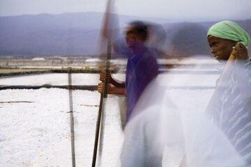 Auf unserer Exkursion zum Danakil machten wir am Salzsee Afrera Station. So hatten wir Gelegenheit, eine Gruppe der Arbeiter in den Salinen zu begleiten. Ihre Freundlichkeit hat mich beeindruckt,- wahrscheinlich war die Anwesenheit von Touristen eine willkommene Abwechslung. (Photo: Tom Pfeiffer)