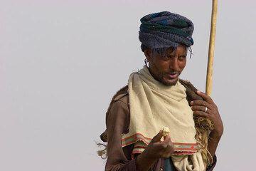 Líder de Camel con un trozo de sal en sus manos. (Photo: Tom Pfeiffer)