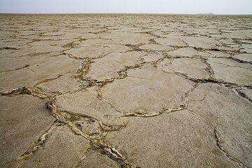 Lake Assale ist ein riesiger ausgetrockneter Salzsee im nördlichen Danakil, der durch zahllose Fluten vom Roten Meer entstanden ist. Das Salz ist an manchen Stellen bis zu 5 Kilometer dick. Eine unschätzbare Rohstoffquelle, die die Afar seit Jahrunderten bis heute in immer gleicher Weise abbauen. (Photo: Tom Pfeiffer)