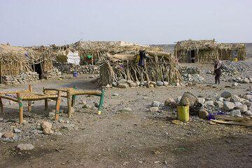Einfache Hütten und Betten in Ahmed Ela. (Photo: Tom Pfeiffer)