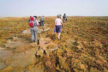 We hike uphill to Dallol, the strange volcano... (Photo: Tom Pfeiffer)