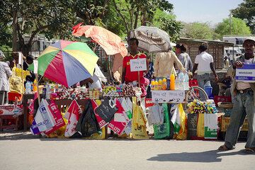 Colorful stands of street vendors, this one selling drinks, snacks and plastic bags. (Photo: Tom Pfeiffer)