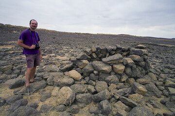 Ancient stone structures, probably graves in the desert. (Photo: Tom Pfeiffer)