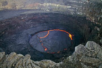Concentric terraces and lava layers in the southern pit crater containing the lava lake. (Photo: Tom Pfeiffer)