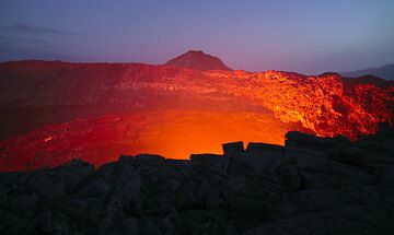 Red lava glow against the blue sky at dusk. (Photo: Tom Pfeiffer)