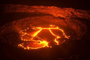 """The lava lake is overflowing the lower terrace; while this happens, the usual  fountains are """"dead"""". (Photo: Tom Pfeiffer)"""