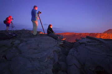 Franz, Frank y Karinna ven el lago de lava. (Photo: Tom Pfeiffer)