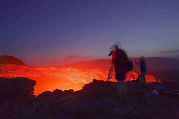 Das letzte Abendlicht verschwindet nun im Westen. Franz und Frank machen Fotos vom Lavasee. (Photo: Tom Pfeiffer)