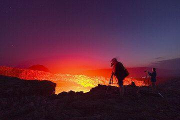 Franz und Frank lassen schöne Silhouetten gegen den roten Schein entstehen. Die anderen sind durch die Leuchtspuren der Taschenlampen wahrzunehmen. Auch Karinna, links neben Frank, ist noch da! (Photo: Tom Pfeiffer)