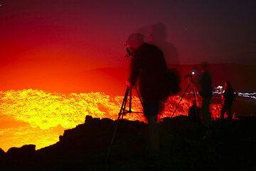 Es ist in kürzester Zeit vollständig Nacht geworden. Die Lava ist jetzt am leuchtendsten. (Photo: Tom Pfeiffer)