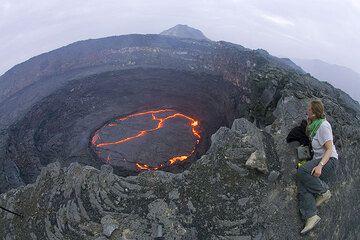 Der Lavasee am Nachmittag. Karinna hat es sich am Kraterrand gemütlich gemacht. Schwindelfrei muss man schon sein... (Photo: Tom Pfeiffer)