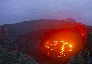 Blau und Rot. Im Schutz des Kraters hat das rote Leuchten der Lava noch eine Schonfrist, aber schon bald ist der Farbzauber vorbei. Es ist fast kühl (wohl unter 20 Grad) - Zeit für einen warmen Kafee und Frühstück! (Photo: Tom Pfeiffer)