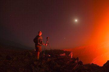 Marco - Hüter der Sterne und Geschichten ist heute früh auf gestanden, um den Lavasee, Mond und Venus mit Jupiter zusammen zu fotographieren. Es ist kurz vor Anbruch des Morgens. (Photo: Tom Pfeiffer)