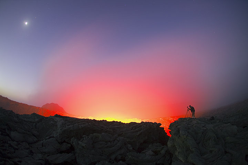Die Sonne kurz unter dem Horizont ist der neue Tag schon da.  (Photo: Tom Pfeiffer)