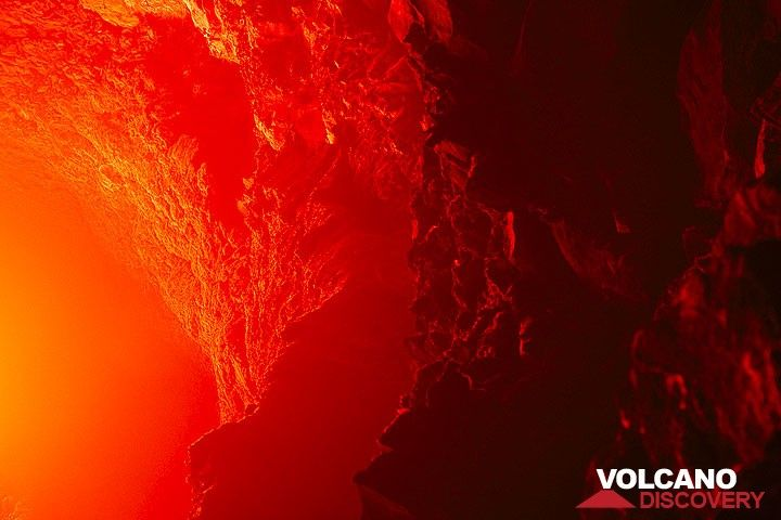 Red illuminated inner crater walls above the lava lake. (Photo: Tom Pfeiffer)