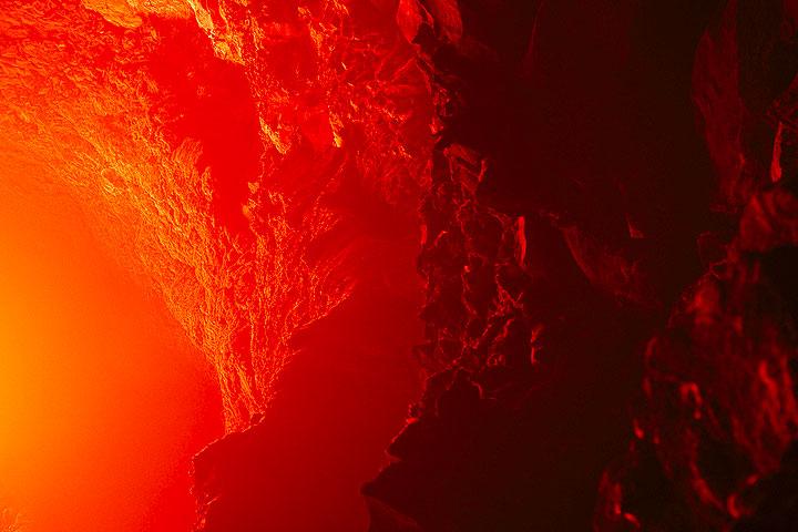 Rot angestrahlte innere Kraterwände über dem Lavasee. (Photo: Tom Pfeiffer)