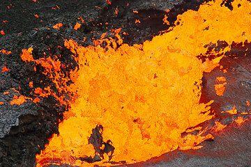 Von Zeit zu Zeit explodieren große Gasblasen am nörlichen Rand des Lavasees. (Photo: Tom Pfeiffer)