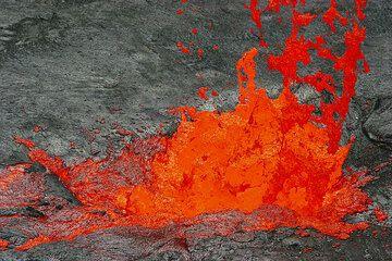 Lava fountain - note Pele's hair forming. (Photo: Tom Pfeiffer)