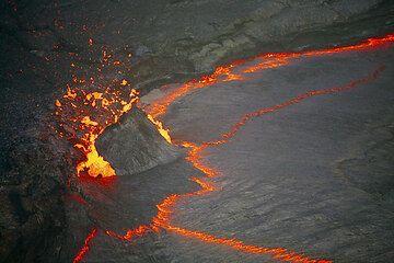 Magma bubble disrupting the crust of the lava lake. (Photo: Tom Pfeiffer)