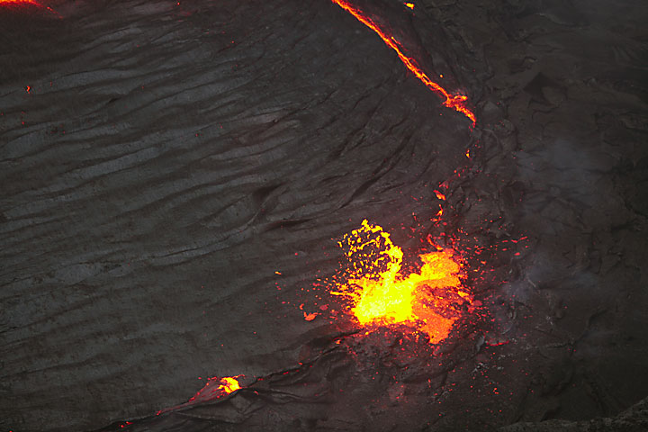 Gas bubble erupting at the surface of the lava lake (Photo: Tom Pfeiffer)