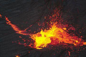 Lavafontäne auf dem Lavasee bei Nacht. (Photo: Tom Pfeiffer)