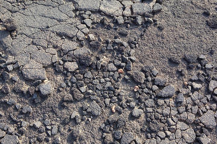 Weathered lava surface (Photo: Tom Pfeiffer)
