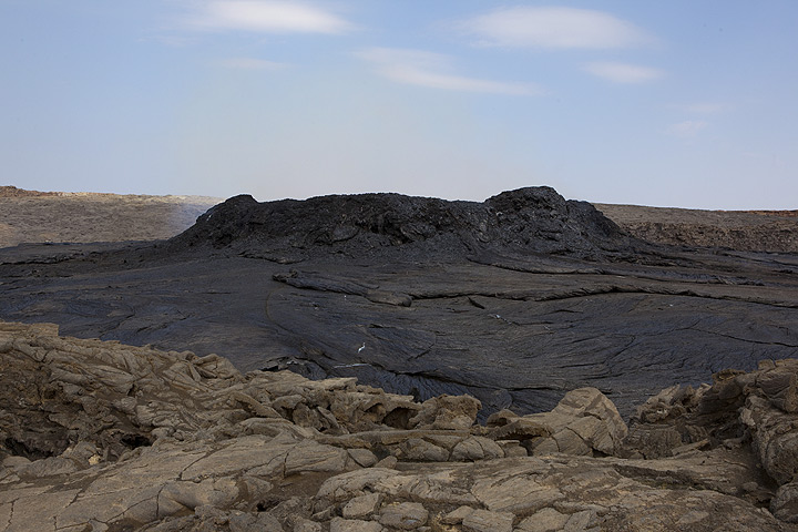 View from the higher, still existing southern crater rim towards the center of the crater, where a ca. 5 m high ring wall contains the lava lake. (Photo: Tom Pfeiffer)