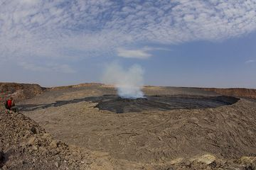 A recent overflow of lava from the lake (probably dated 24 Nov) almost reached the western caldera wall (left in picture). (Photo: Tom Pfeiffer)