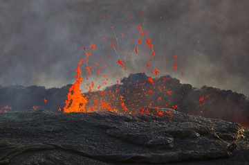 Exploding magma bubbles on the surface of the lava lake create Pele's hair (Photo: Tom Pfeiffer)