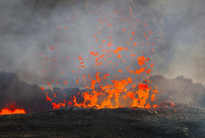El 25 de noviembre, el nivel de lava a menudo se eleva hasta el borde de la pared del anillo, luego desciende otra vez. Grandes burbujas espectacular explosión. Tenga en cuenta el intenso... (Photo: Tom Pfeiffer)