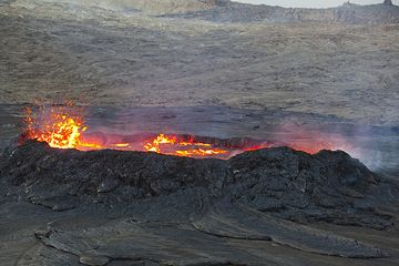 The lava in the lake has risen and is violently boiling. In intervals of about 20-30 minutes, the level of the lava periodically rises and falls, corresponding to periods of stronger and weaker degassing. (Photo: Tom Pfeiffer)