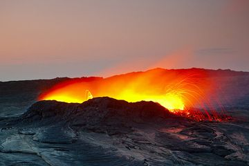 The strong lava glow becomes visible in the evening. Viewpoint is from the southern rim (25 Nov) (Photo: Tom Pfeiffer)